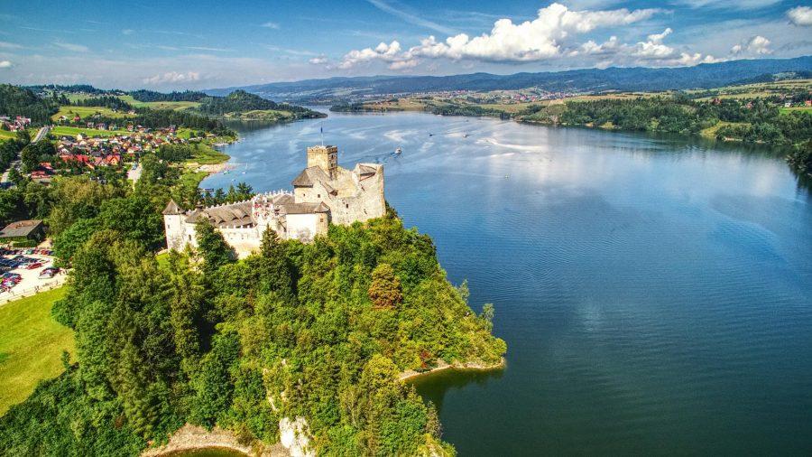 Zamek w Niedzicy, w tle zamek w Czorsztynie. Polska z drona, Fot. Artur Kowalczyk