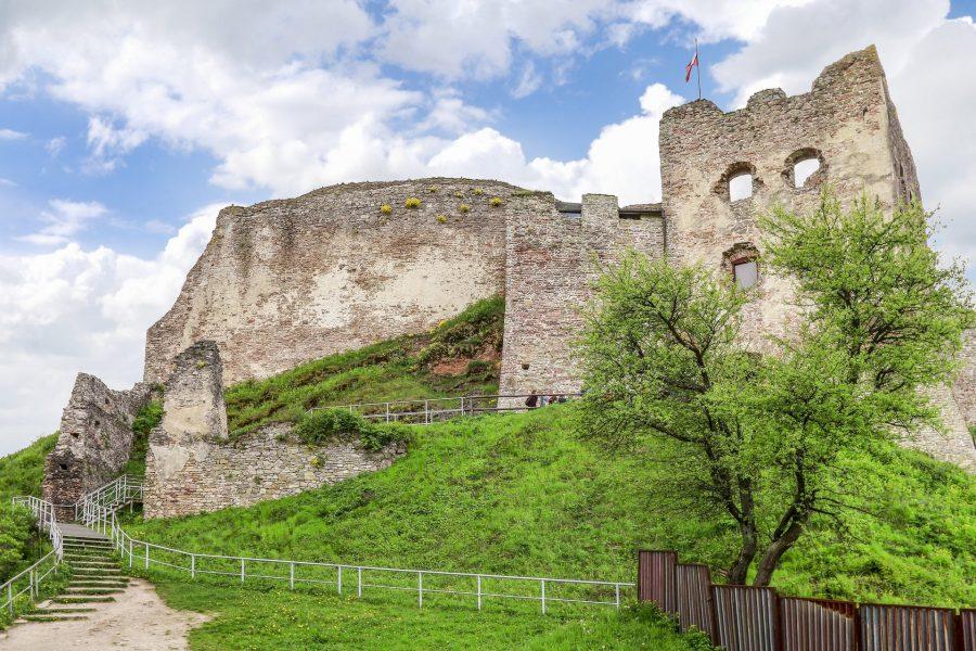 zamek czorsztyn nad jeziorem czorsztyńskim w czorsztynie