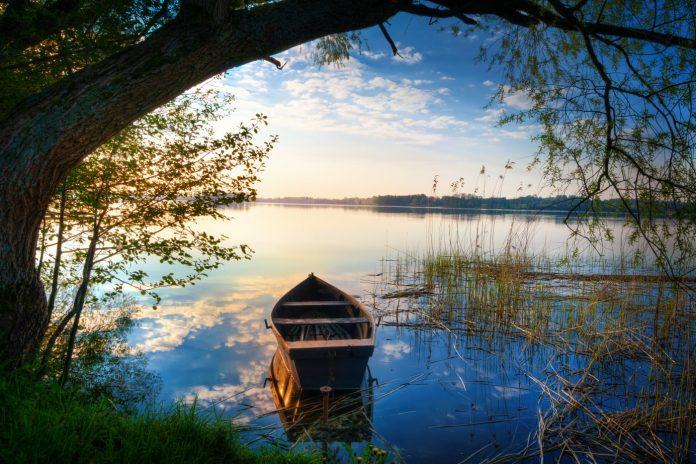 łódka na jeziorze na mazurach