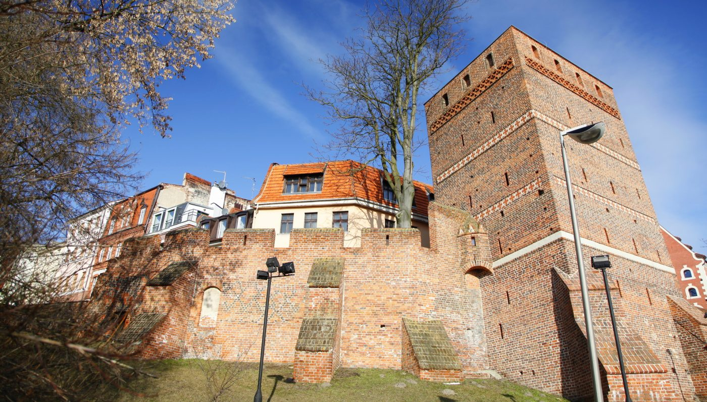 Krzywa wieża w Toruniu – Piza się chowa