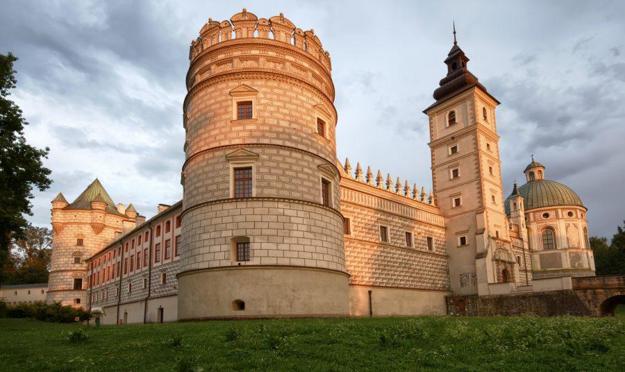 Zamek Krasiczyn, widok na basztę papieską, fot. Mariusz Świtulski, shutterstock