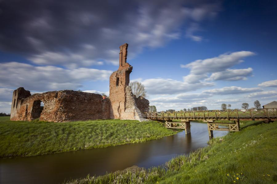 Zamek w Besiekierach to malowniczo położone ruiny