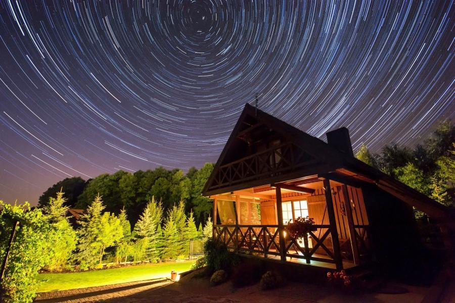 chata nocą w parku narodowym bory tucholskie