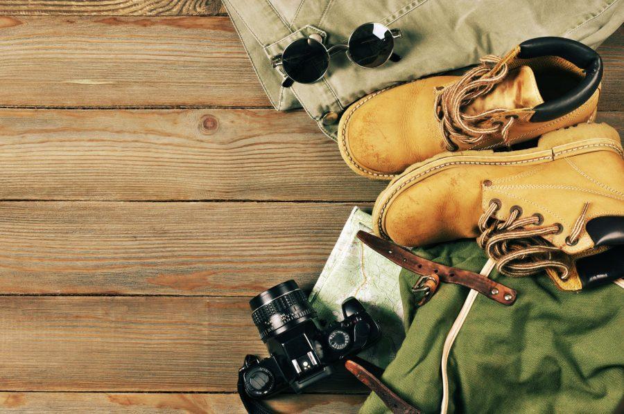 ekwipunek potrzebny jak się spakować na wakacje aparat mapa buty trekkingowe