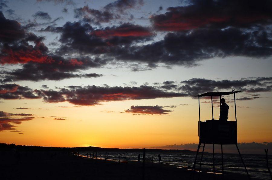 plaża we władysławowie nad bałtykiem i ratownik o zachodzie słońca