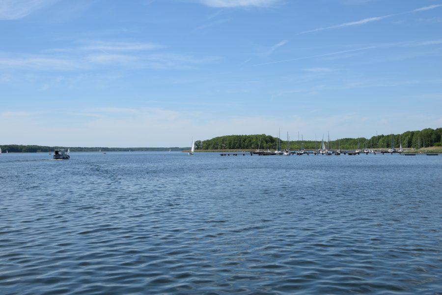 Jezioro Sławskie latem o ładnej pogodzie-