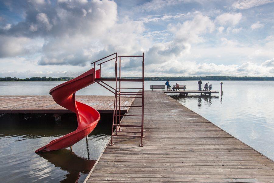 Jezioro Sławskie zjeżdżalnia wodna na molo