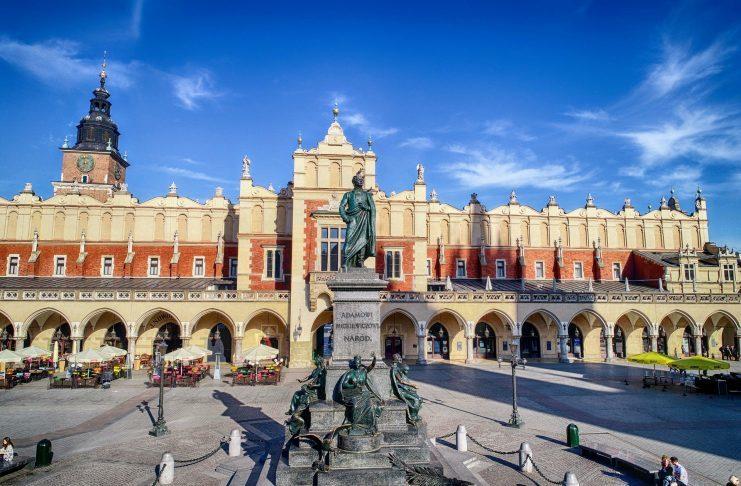 Pomnik Adama Mickiewicza na tle Sukiennic na Rynku głównym w Krakowie