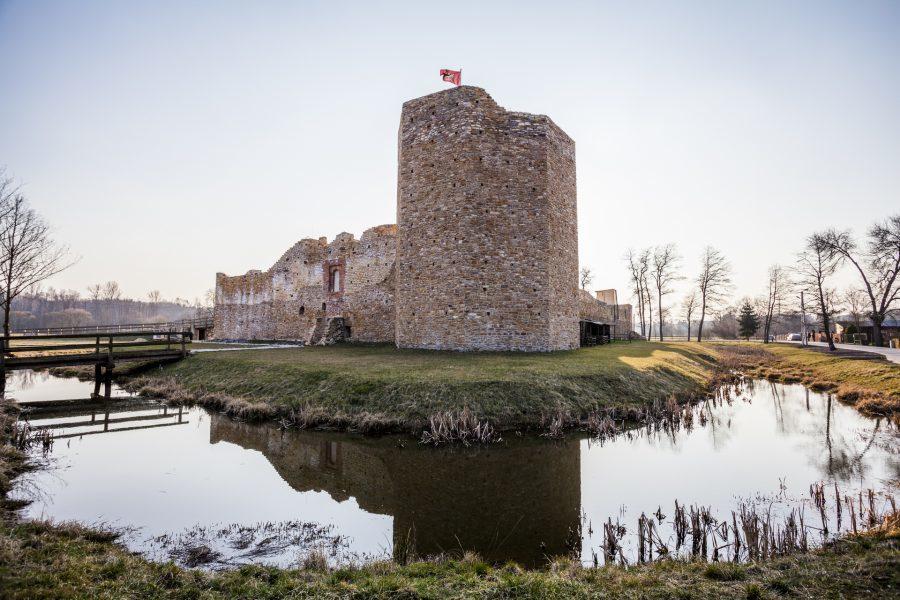 zamek w inowłodzu w woj. łódzkim