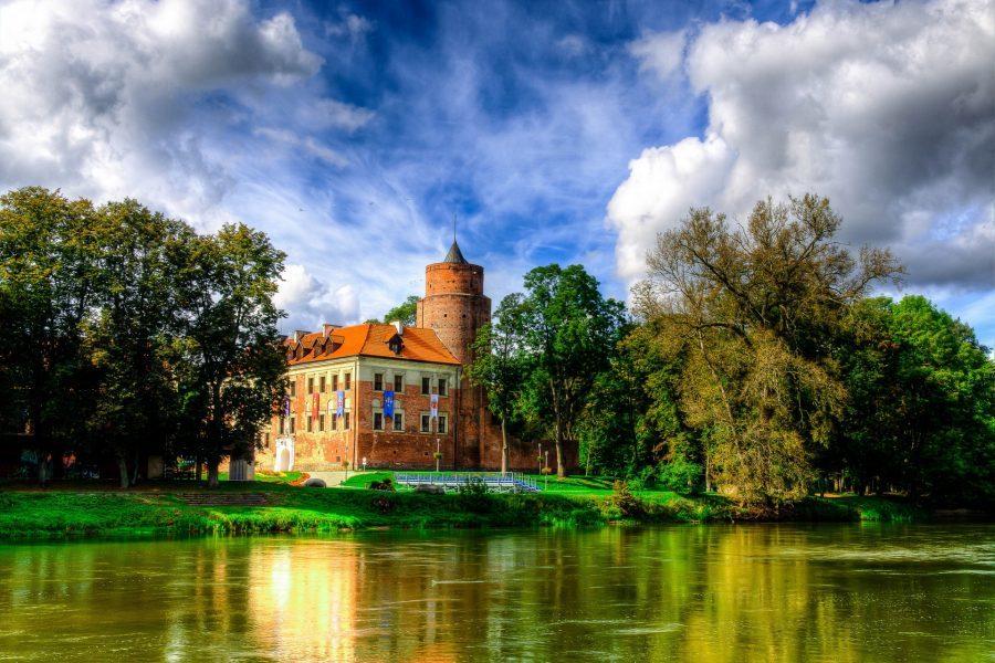 zamek w uniejowie nad jeziorem