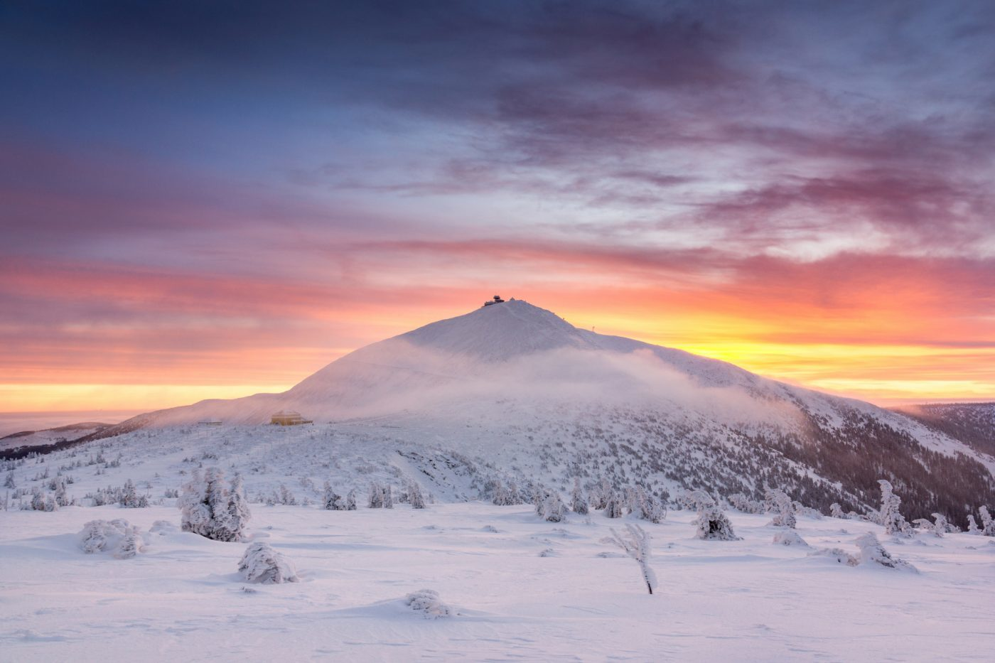 Śnieżka górująca nad Karpaczem, Karkonosze