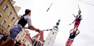 Artyści uliczni podczas pokazu swoich umiejętności