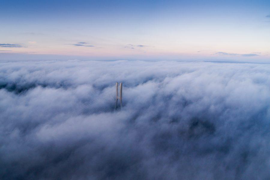 Most Rędziński w chmurach