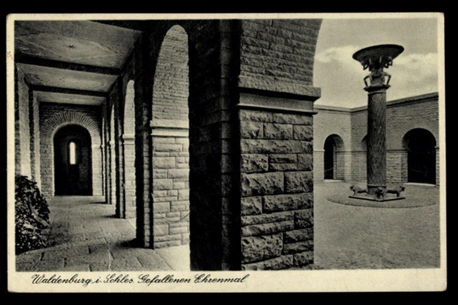 Arkady i dziedziniec mauzoleum w Wałbrzychu