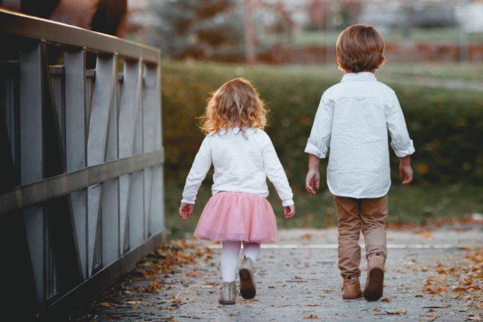 chłopiec i dziewczynka idą