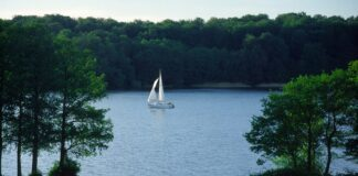 żaglówka na jeziorze Jeziorak na Warmii