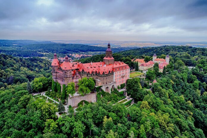 zamek książ z drona polska dolina loary