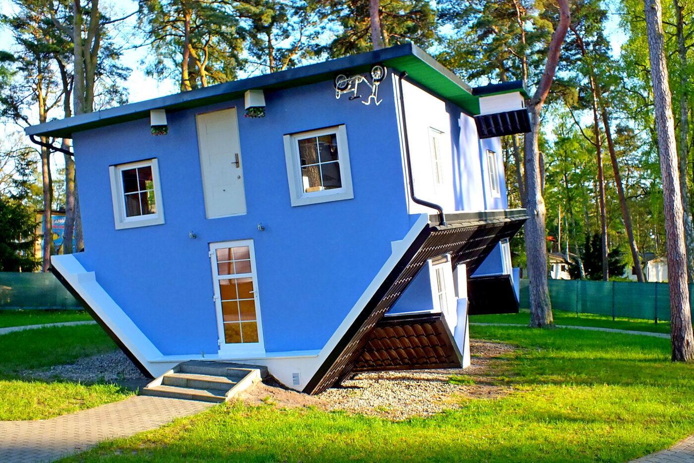 Magiczny domek do góry nogami w Pobierowie
