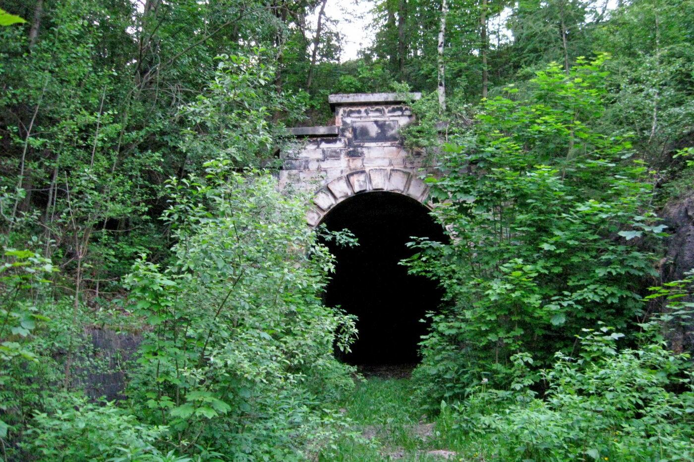 Nieczynny tunel kolejowy pod Małym Wołowcem