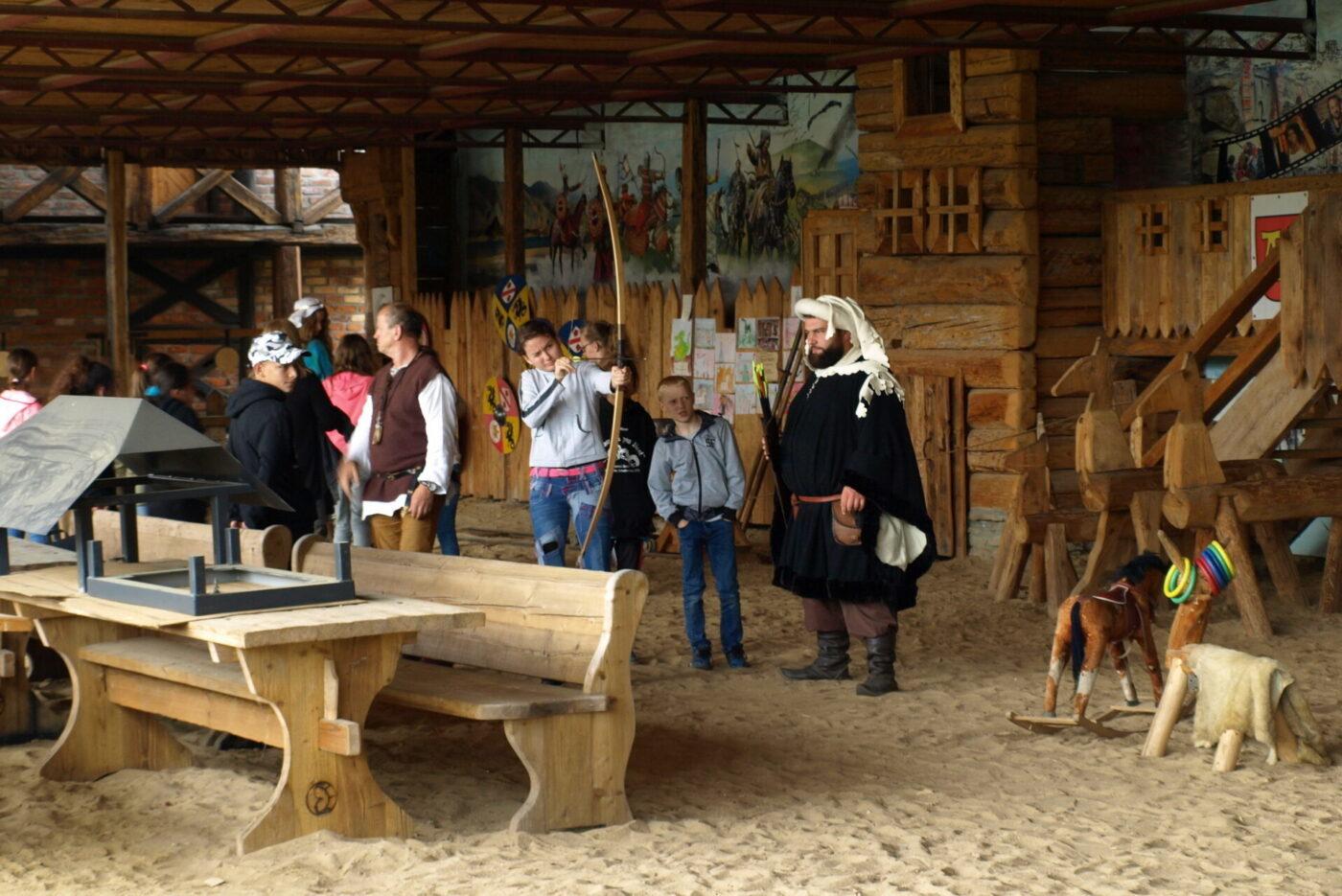 Fot. Rekonstrukcja grodu Stara Baśń