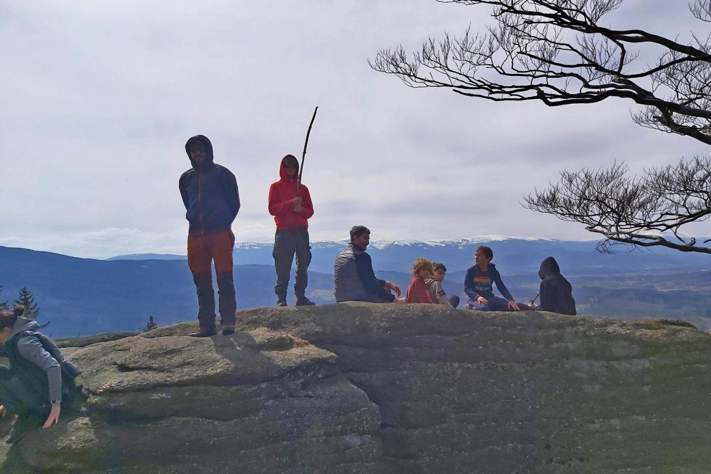 Gdzie pochodzić po górach  – Starościńskie skały. Widok na Karkonosze. Dzieci w górach.