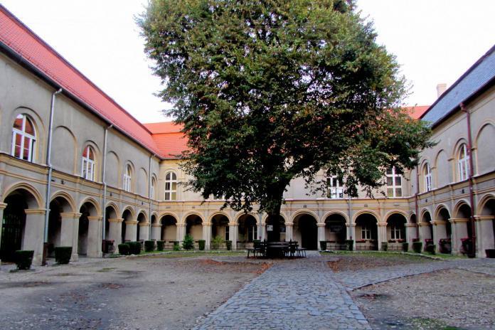 Opolskie atrakcje: widok na dziedziniec zamku Krapkowice